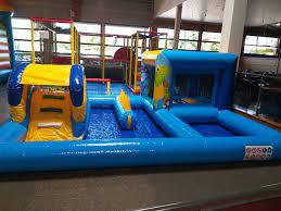 trampoline et toboggans dans salle