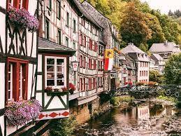 vielles maisons de Montjoie au bord de la rivière