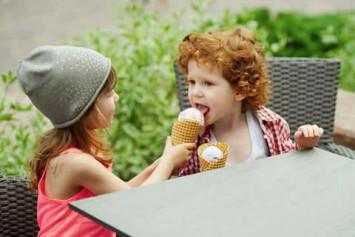 enfants mangeant de la glace