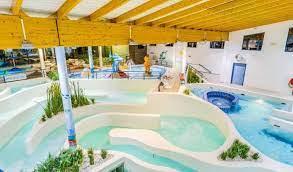piscine intérieure avec toboggans