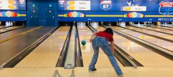 joueur et pistes de bowling