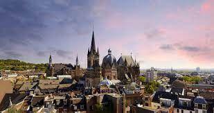 photo panoramique de la ville d'Aix avec sa cathédrale
