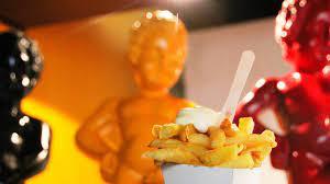 cornet de frite sur fond de drapeau belge