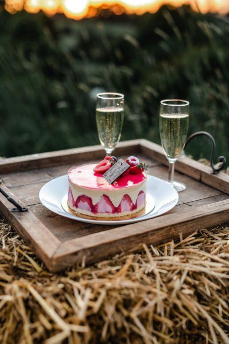 plateau avec gâteau sur botte de foin