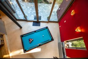 Foto van een biljarttafel van bovenaf gezien
