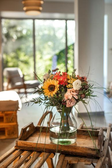 Photo d'un joli bouquet de fleurs jaune, rouge et rose