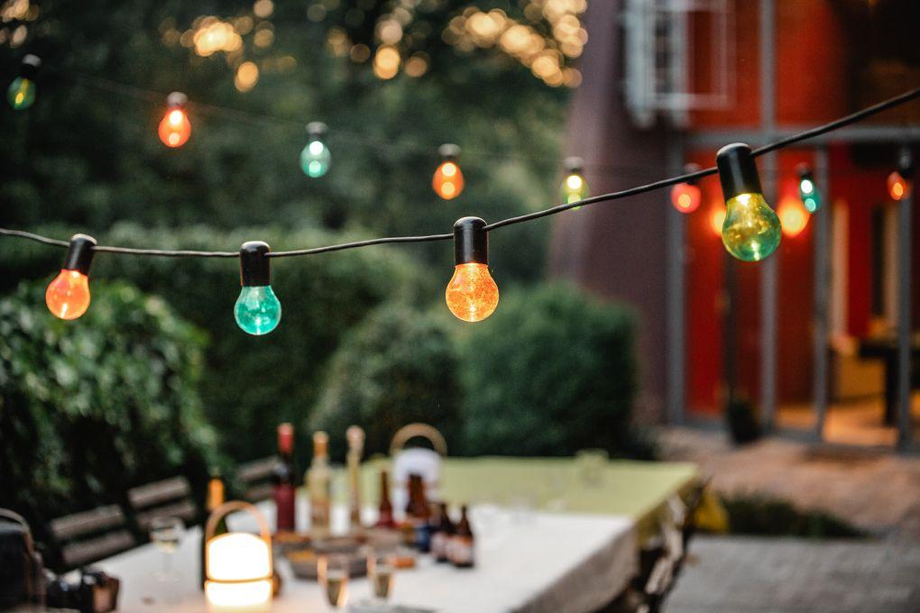 lampions et table de terrasse