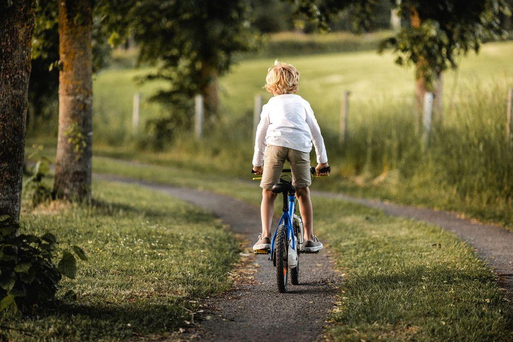 Garçonnet à vélo