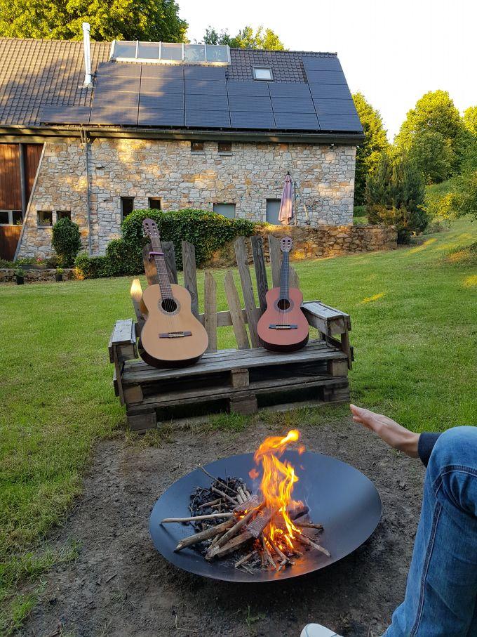 feu de camp et guitare avec main