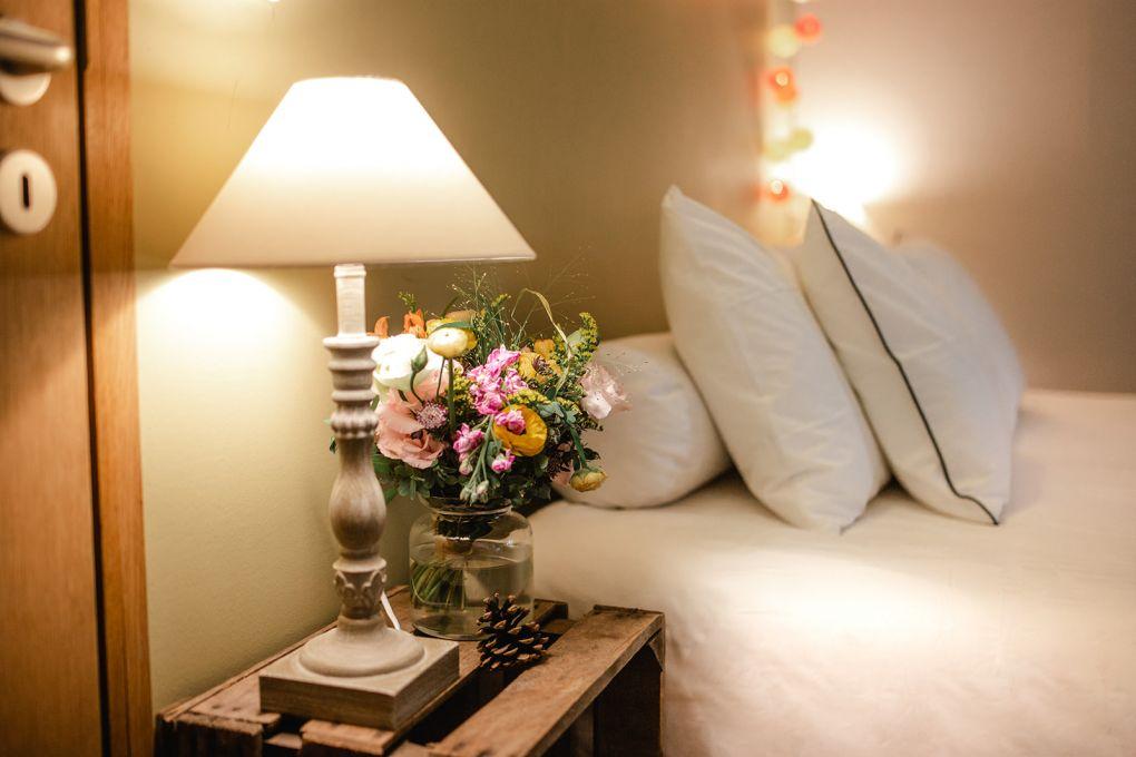table de nuit avec lampes