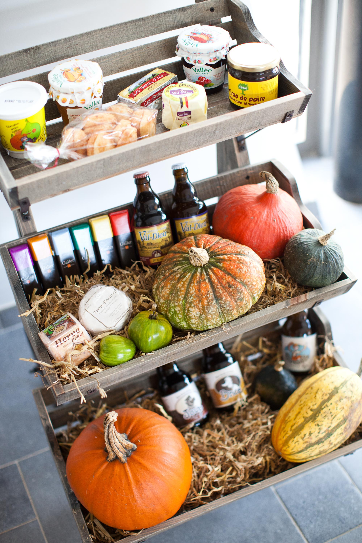 Photo d'un assortiment de produit alimentaires locaux dans un charriot avec paille