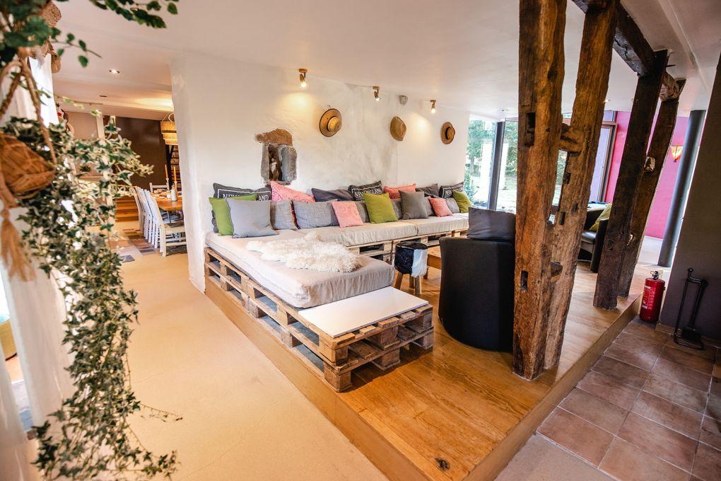 Salon avec canapé et jardin d'hiver en arrière plan