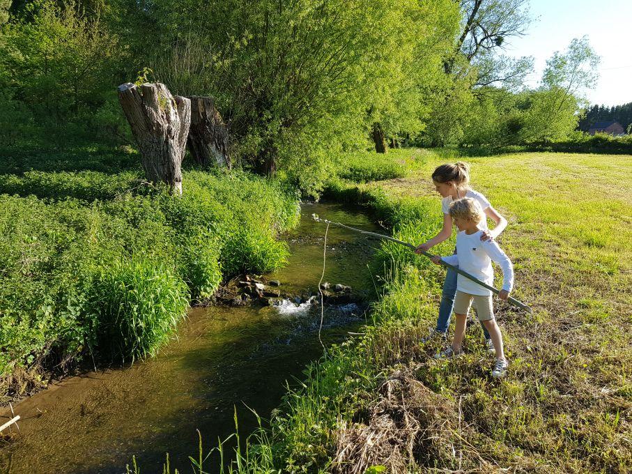 enfants qui pêchent dans un ruisseau