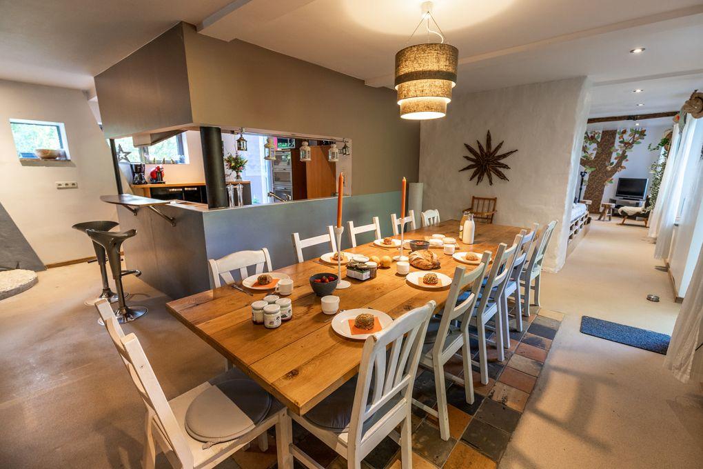 Salle à manger avec table garnie