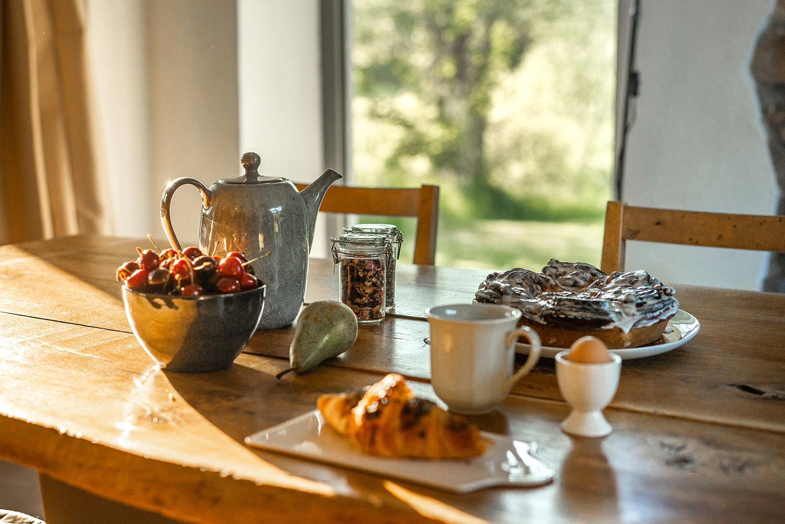 Photo d'une table de déjeuner avec de bonnes choses à manger